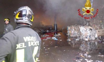 """Incendio rifiuti a Vignate, da Regione Lombardia: """"Nessuna anomalia, attendiamo Arpa"""""""