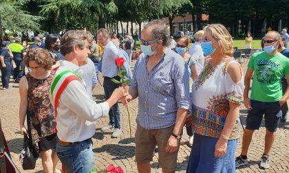 Centocinque rose rosse in onore delle vittime del Covid FOTO