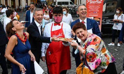 La pizzata di PizzAut davanti a Montecitorio utilizzata sui social per denigrare il Governo, valanga di reazioni