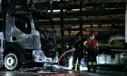 Camion distrutti dalla fiamme a Pioltello FOTO e VIDEO