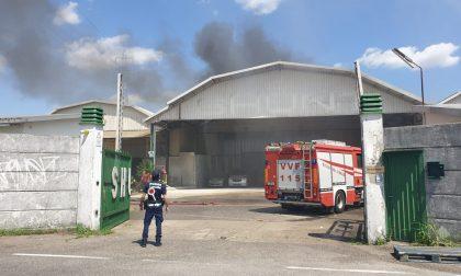 Incendio in un deposito a Caponago FOTO