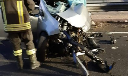 Scontro frontale con un camion sulla Tangenziale Est: muore 27enne, grave 26enne