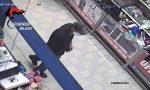Sparatoria al supermercato, ferita una bambina. Bandito in manette | VIDEO