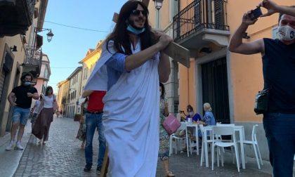 Per festeggiare il 33esimo compleanno si traveste da Gesù e sfila in strada con la croce