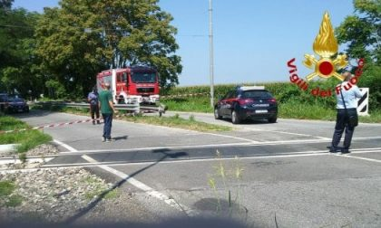 Treno travolge un'auto al passaggio a livello: muore donna di 34 anni FOTO