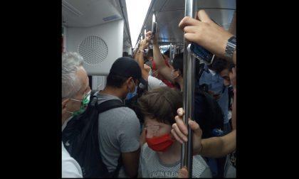 Altro che distanziamento, Metro affollata anche alla vigilia di Ferragosto FOTO