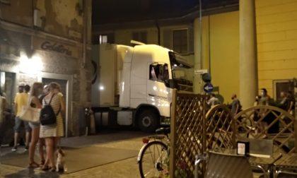 """Camion sbaglia strada e si """"incastra"""" in piazza"""