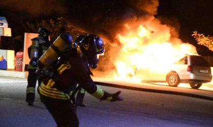 L'auto va a fuoco all'improvviso, lui parcheggia al distributore di benzina FOTO E VIDEO