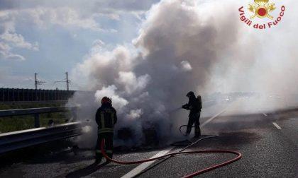 Auto in fiamme sulla Brebemi FOTO