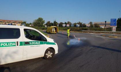 Scia di olio sulla strada: pericolo incidenti evitato