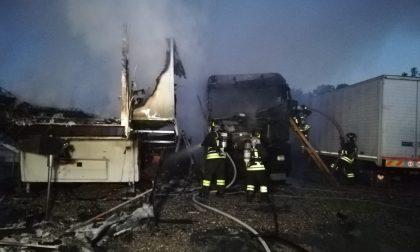 Incendio a Brugherio, a fuoco camper e camion. Le fiamme lambiscono la Tangenziale