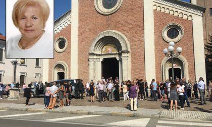 Chiesa gremita per i funerali della 72enne morta in vacanza