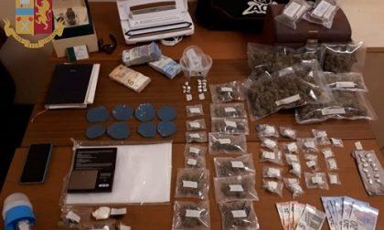 Mentre la Polizia perquisisce casa dello spacciatore arriva il corriere con la droga nello zaino: arrestati entrambi
