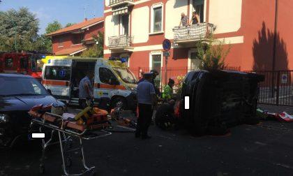 Si ribalta con l'auto, intervengono ambulanza e pompieri per estrarre il conducente FOTO