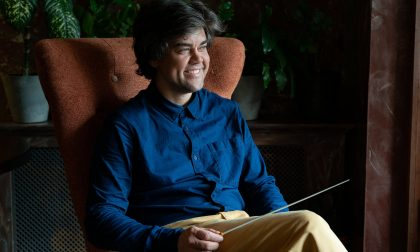 Dirige un'orchestra che suona i brani della musica leggera italiana in chiave sinfonica per i russi