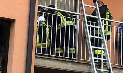 """Barricato in casa, """"liberato"""" da pompieri, ambulanza e Carabinieri"""