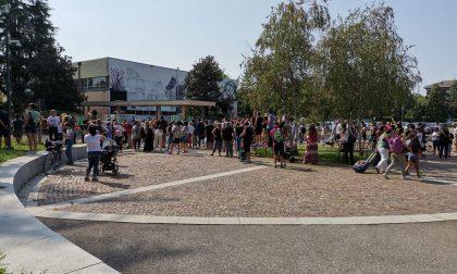 Ancora assembramenti davanti alla scuola di Cassina de' Pecchi