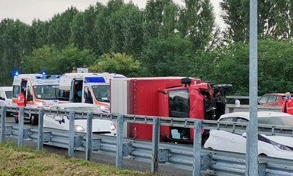 Camion si ribalta sulla Sp103 e colpisce due auto FOTO