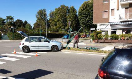 Auto abbatte semaforo a Melzo FOTO