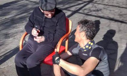 Inventa un apparecchio per parlare con il suocero di 105 anni ospite di una casa di riposo