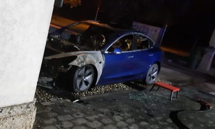 Tesla da 50mila euro prende fuoco all'improvviso FOTO