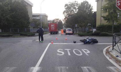 Motociclista senza patente non dà la precedenza: 5000 euro di multa