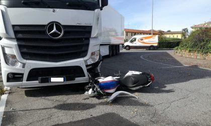 Incidente tra moto e camion, centauro in ospedale FOTO