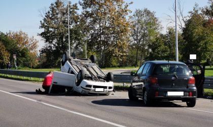 Scontro tra due auto a Melzo, una finisce ribaltata FOTO