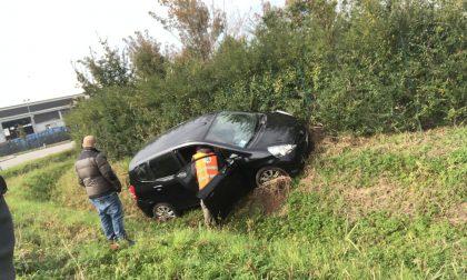 Finisce in un fosso con l'auto sulla Cassanese, arriva l'elisoccorso FOTO