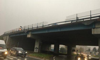 Sfonda con l'auto 20 metri di guard rail in Tangenziale FOTO