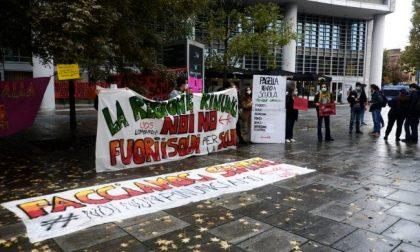 Studenti, docenti e genitori in protesta contro la didattica a distanza FOTO