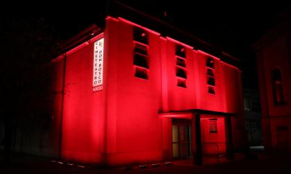 Il teatro si tinge di rosso per solidarietà ai lavoratori della cultura