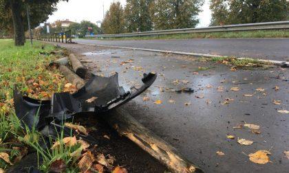 Auto esce di strada e abbatte trenta metri di staccionata della ciclabile FOTO