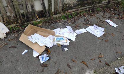 Lettere abbandonate sul marciapiede, i vigili le recuperano