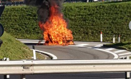 Auto in fiamme all'uscita della Tangenziale FOTO