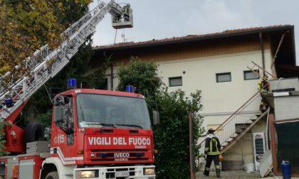 Incendio all'Acquaneva: a fuoco il tetto della cucina FOTO