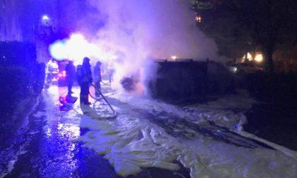 Auto e furgone in fiamme a Cassano FOTO