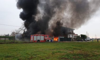 Vasto incendio in cascina: intervento di ambulanza e Vigili del fuoco   FOTO E VIDEO