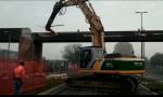 Partiti a Pioltello i lavori di abbattimento del ponte di legno VIDEO