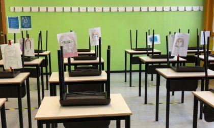 Studenti fanno lezione da casa e lasciano i loro ritratti in classe per i prof