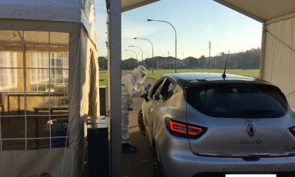 Tamponi drive-in nel parcheggio del centro commerciale e test gratuiti per gli studenti