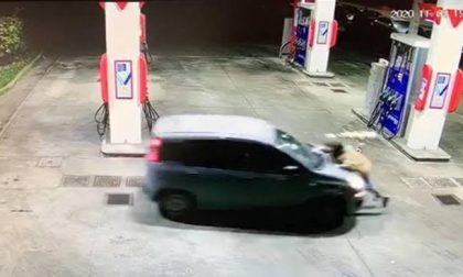 Rapina shock al benzinaio: trascinata fuori dall'auto e investita VIDEO