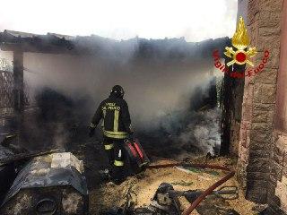 Divampa incendio, distrutti capanno, veranda e infissi