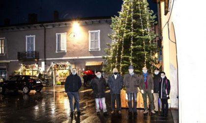 Piazza deserta a Rivolta, ma come tradizione l'albero di Natale si è acceso per l'Immacolata
