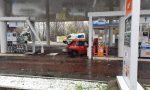 Auto abbatte colonnina del benzinaio FOTO