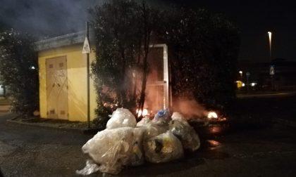 Rifiuti a fuoco nella notte nel parcheggio del centro commerciale