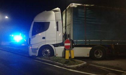 Malore al volante, va a sbattere con il Tir: grave camionista FOTO