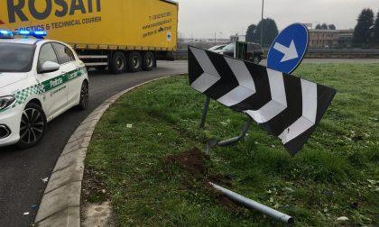 Scontro alla rotonda sulla Cerca: auto contro un cartello