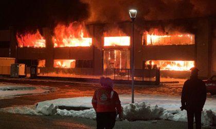 Vasto incendio in un magazzino a Cassano d'Adda FOTO