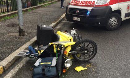 Scontro con un'auto: ferito postino di 21 anni in motorino